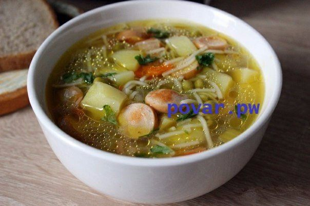 Быстрый суп с сосисками  Ингредиенты:  ● Картофель — 4 шт ● Морковь — 1 шт ● Лук репчатый — 1 шт ● Масло растительное — 2 ст.л. ● Соль — по вкусу  ● Сосиски — 4 шт ● Вермишель — 1 горст. ● Зеленый горошек — 0,5 бан. ● Перец черный — по вкусу  ● Лавровый лист — по вкусу  ● Зелень — по вкусу  ● Вода (или куриный бульон) — 2 л  Приготовление:  В кипящую посоленную воду положить порезанный картофель. Лук и морковь порезать, спассеровать на растительном масле.Добавить в пассеровку порезанные…