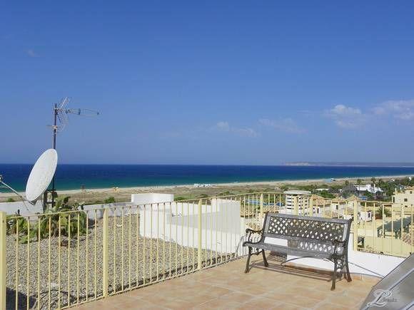 CÁDIZ, ZAHARA  Ático primera línea de playa. zahara-11093 Ático de 190 m2, tercera planta, con aire acondicionado. Dispone de salón con sofá cama, 3 dormitorios, cocina, 2 baños y 1 aseo, 2 terrazas (una solarium) y garaje cubierto con ascensor. Situado en una urbanización cerrada con acceso directo a la playa. Tiene una superficie de zonas comunes de 20.000 m2 y dispone de 2 piscinas, tenis/paddle, futbito/baloncesto y zona de recreo infantil. Capacidad 6/8 personas. #CasasVistasPlaya…