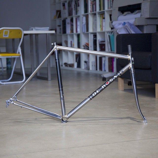 De Rosa Âgé steel frame, new fillet brazed beauty from Cusano Milanino. #derosa #derosaage #steelframe #steelisreal #roadframe #ciclicorsa #roadcycling