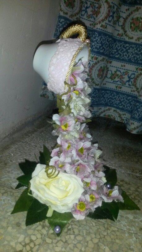 Tazza sospesa con cascata di fiori vista.dal lato