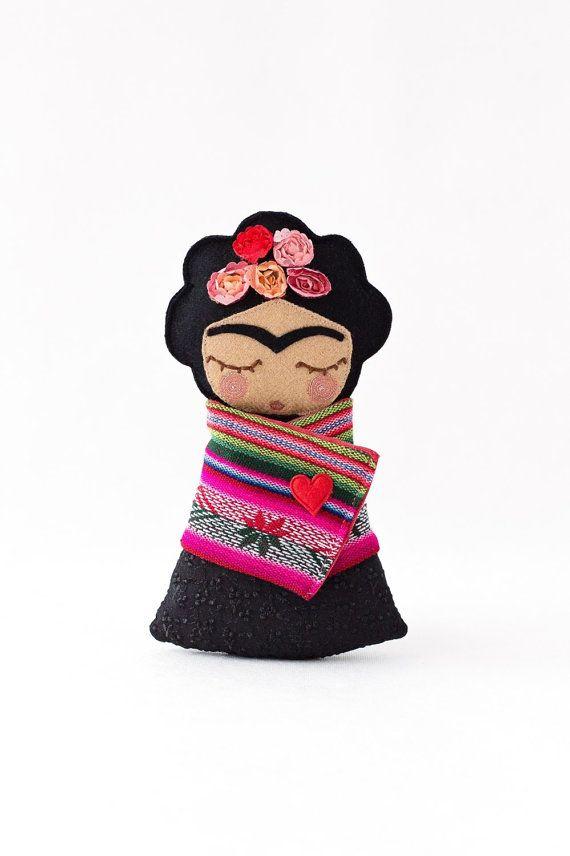 Frida Kahlo Doll por Guadalupecreations en Etsy                                                                                                                                                     Más