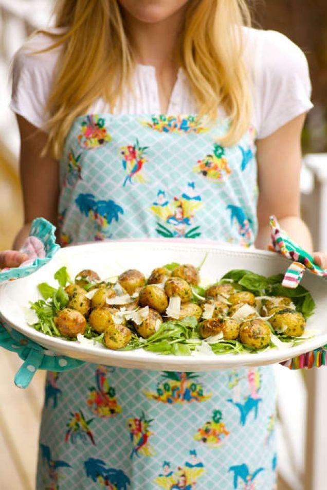 Färskpotatis i ugn med goda smaker. Lätt att göra och enkelt att älska. Använder du kokt potatis kortar du tiden i ugnen.