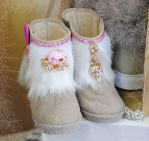 Χειροποίητα παιδικά ugg με εσωτερική επένδυση γούνας στολισμένα με την άμαξα και το γοβάκι της σταχτοπουτας  http://handmadecollectionqueens.com/παιδικα-ugg-με-την-σταχτοπουτα  #handmade #kid #footwear #boots #storiesforqueens #fashion