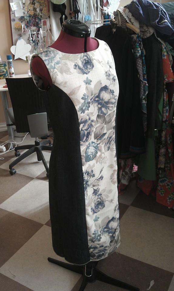 Kjole sydd av brukt dongeribukse og gammal gardiner stoff..;)