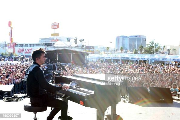 Nachrichtenfoto : Singer Tyler Joseph of Twenty One Pilots performs...