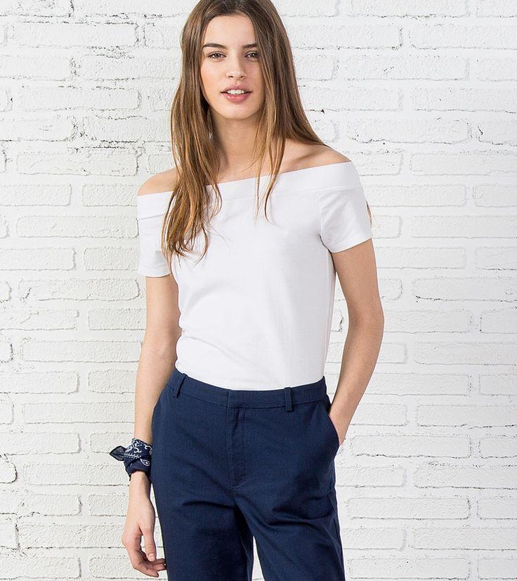 Camiseta de manga corta, con escote en forma de barca.