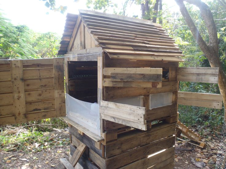 The 253 best images about pallet ideas on pinterest for Pallet chicken coup