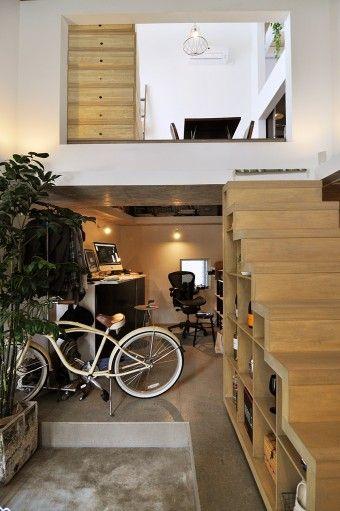 土間から寺戸さんの仕事スペースとダイニングを見る。