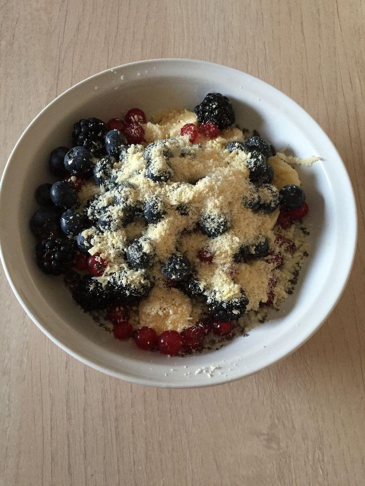 Latte di cocco e semi di chia in frigo x 30 min. frutti di bosco, granella di mandorle e miele di agave come guarnizione