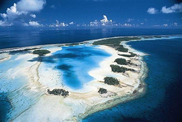 Polinesia Francese Lagona Blu. #Rangiroa:L'atollo è costituito da circa 250 isole e isolotti che si estendono su una superficie totale di circa 79 km². Si contano circa 100 passaggi, chiamati hoa, tra la laguna interna e l'oceano. La laguna si estende su circa 1600 km². Il capoluogo è #Avatoru, che si trova nella parte nord-occidentale dell'atollo.   Info viaggio moodeliteinfo@gmail.com