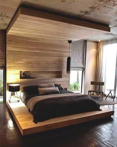 Une version moderne du lit à baldaquin trône majestueusement au milieu de la chambre. Multi-fonctions, il sert d'estrade pour recevoir le matelas pour un coucher à la japonaise mais aussi de tête de lit et table de chevet. Un aménagement sur mesure ou un