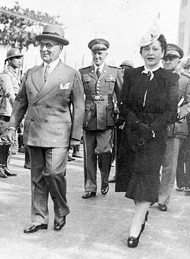 Poder. Com um look criado por Mena Fiala, a primeira-dama Darcy Vargas desfila com o marido, Getúlio Vargas