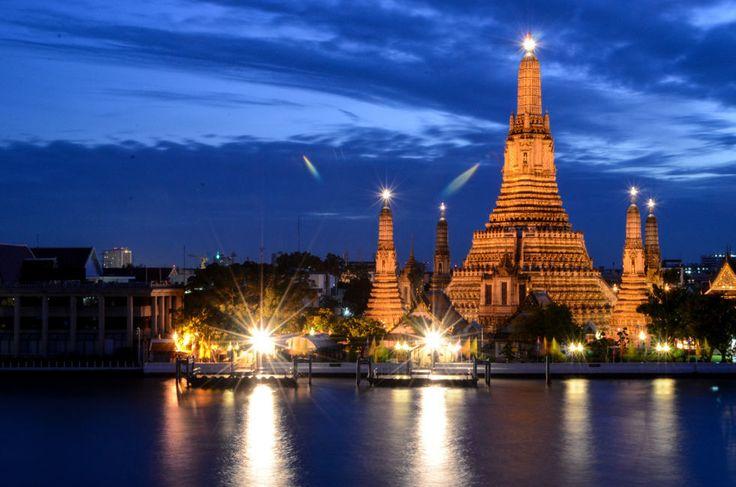 チャオプラヤ川を越えた先に仏塔。バンコクのワット・アルン。タイのおすすめ観光名所