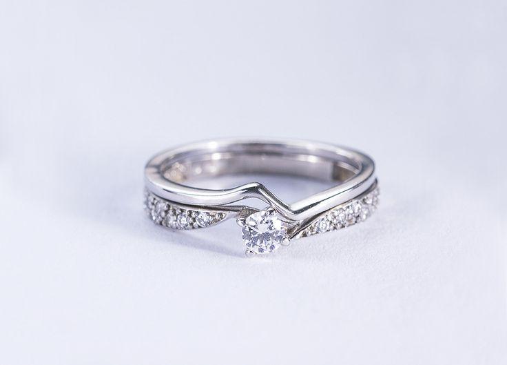 Kombinace zásnubního a snubního prstenu. Zásnubní prsten je ozdoben diamantem čistoty SI, snubní prsten zdobí pouze zajímavé linie a bílé zlato. #klenotacz #klenota #zlatnictvipraha #sperky #jewellery #jewelry #jewelrydesign #luxury #luxuryjewels #luxusni #zlato #zlate #gold #golden #goldjewellery #goldjewelry #bilezlato #whitegold #diamant #diamond #diamondjewelry #zasnuby #zasnubni #zasnubniprsten #engagement #engagementring #weddingring  #snubni  #svatba #prsten #prstynek #ring…