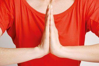 """¿CÓMO ES POSIBLE LLEGAR A UN ESTADO DE PAZ Y ARMONÍA SIMPLEMENTE CON NUESTRAS MANOS? Anuncios Las posturas de manos o """"mudras"""" desarrollan un papel importantísimo en la práctica de yoga, tanto es así que se les conoce como """"productores de gozo"""". La explicación a esta extraña práctica se encuentra en la enorme cantidad de …"""