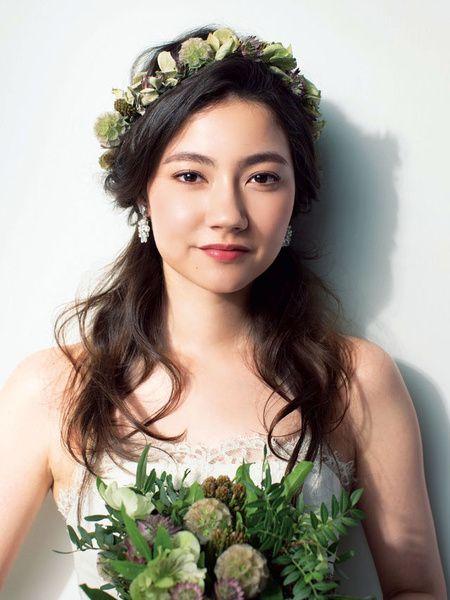 アンティークな色合いの花やグリーンをセレクトして仕上げた細めの花冠。少し斜めにあしらうことで、可愛すぎないスタイルを演出します。 ■お問い...