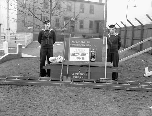 Équipement utilisé par l'escouade chargée de l'application des précautions contre les raids aériens de la Marine royale canadienne, Halifax, le 4 novembre 1942  Source…