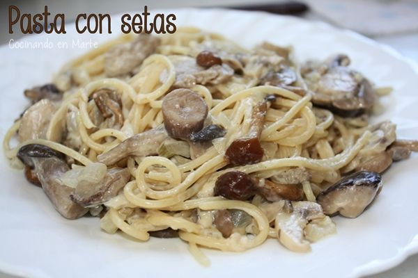 Spaghettis con setas y leche evaporada