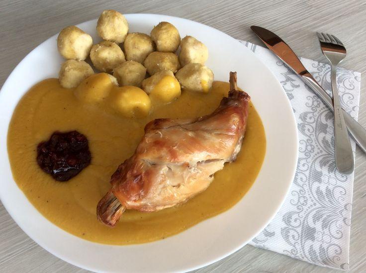 """Pečený králík ze zeleninovou """"smetanovou"""" omáčkou a ovesno-kukuřičnými knedlíčky"""