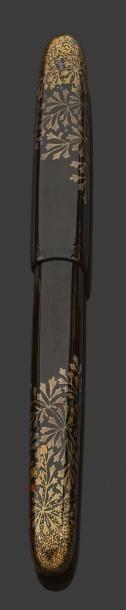 """DUNHILL """"NAMIKI"""" Stylo plume en laque représentant un décor feuillagé et nacré. Technique taka-maki-e. Numéroté 138/200. Système à piston. Ce stylo marque la collaboration entre les ateliers Namiki et… - Drouot Estimations - 17/12/2014"""