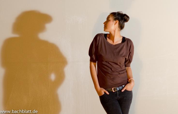 A shooting under the roof: The brown Glücksstoff Stella Carmenshirt in the Bachblatt-Store!