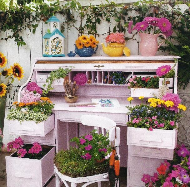 cute idea to up-cycle an old deskDiy Gardens, Gardens Ideas, Interesting Focal, Desks Gardens, Desks Cut Ideas, Focal Point, Gardens Diy, Outdoor Spaces, Add Interesting