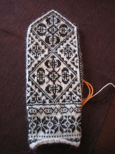 Replica of antique mittens from Oppland, Norway (by yarn jungle)