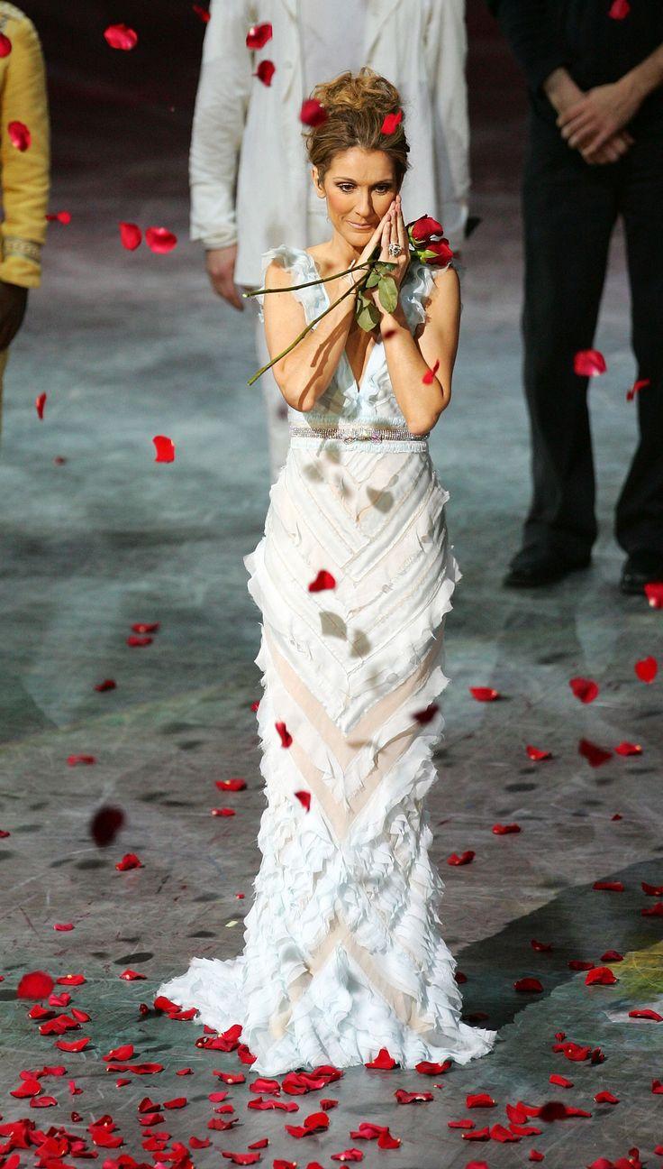 Lors de la dernière de l'immense spectacle A New Day, Céline termine sa prestation en portant une robe de style romantique signée J Mendel, ornée d'une ceinture Balenciaga.