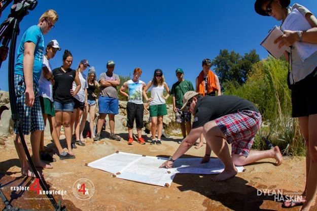 @JohnLucas_co_za teaching students about the course of rivers next to a river in the #Cederberg on a 5 day #e4k_water #education project in the #Cederberg #explore4knowledge #e4k_JohnLucas