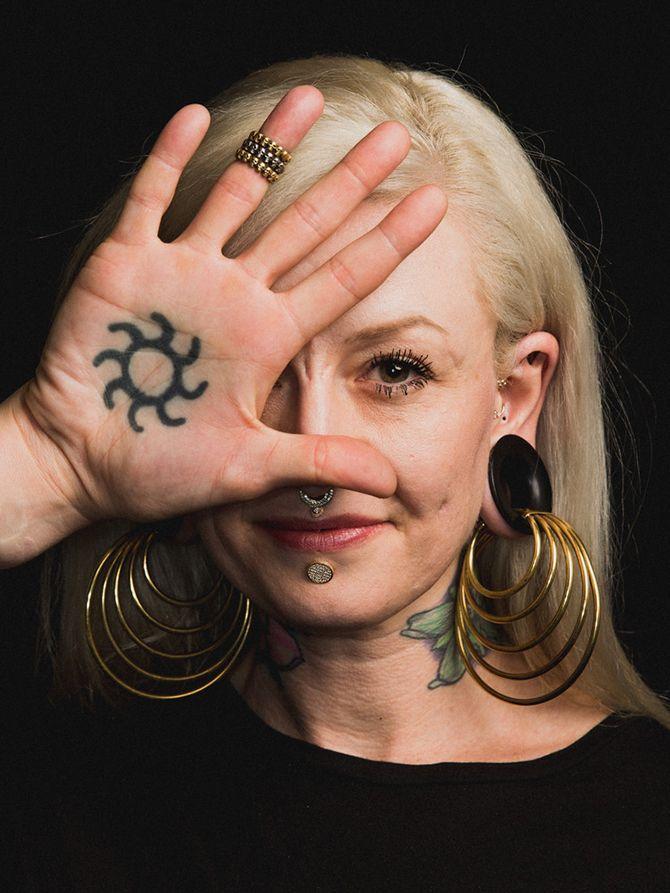 #интересное  Женщины, демонстрирующие модификации тела (16 фото)   Модификации тела – бодмод – включают множество вариаций, от пирсинга и тату до имплантатов и инъекций. Фотограф Роджер Кисби представляет серию снимков, женщины на которых гордятся своими потря�