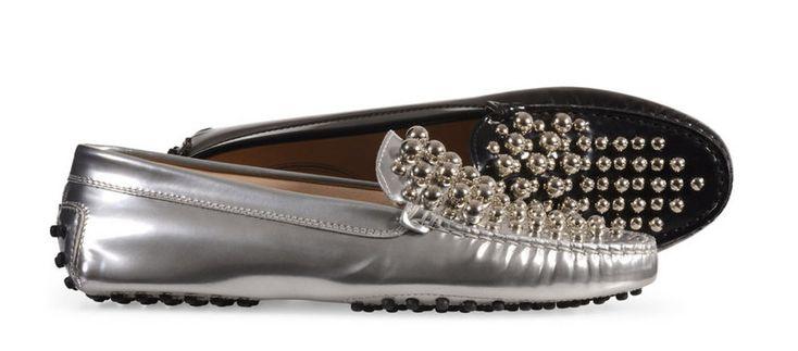 Tod's habille son célèbre mocassin «Gommino» de perles dorées, à l'occasion d'une édition spéciale Noël. Cette paire de mocassins en cuir noir ou argent, entièrement brodées de perles dorées, a été confectionnée à la main par des artisans spécialisés dans l'art de la broderie. Ils sont proposés à 410€ sur le site de la marque.