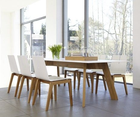 Funkcjonalny stół Y-Woman w towarzystwie oryginalnych krzeseł Tension. Prawda, że interesujący zestaw:)