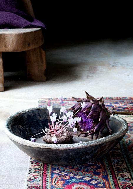 Schaal royal wood - Happinez Een mooi voorbeeld van hergebruik en van hout dat met de jaren alleen maar mooier wordt. Deze oude houten broodschalen uit India zijn bekroond met een rand van glanzend metaal met bloemetjespatroon in reliëf. Een schaal met karakter! Te gebruiken als dienblad, of als fruitschaal of met een mooie (stenen)verzameling op tafel bijvoorbeeld.