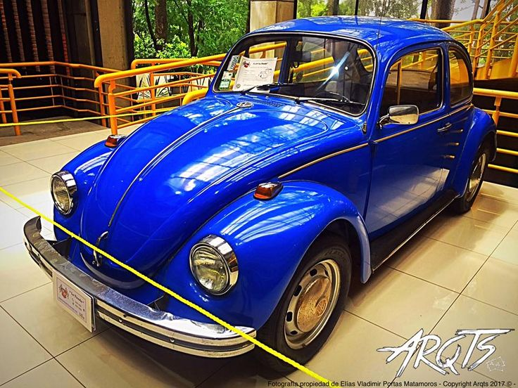 El Volkswagen Tipo 1 (Escarabajo, Vocho o Fusca) 1938 - 2003.  (Fotografía tomada en Plaza Mayor, Boulevard Ernesto Rohrmoser, San José, Costa Rica).