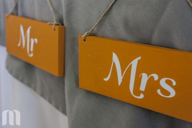 Color naranja vivo para ubicar a Sr. y a la Sra.   Bright orange signs for the new Mr  ideas#boda#señales#naranja ideas#wedding#signals#orange