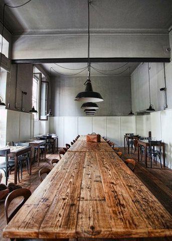 rustikaler Esstisch und Pendelleuchten aus Metall