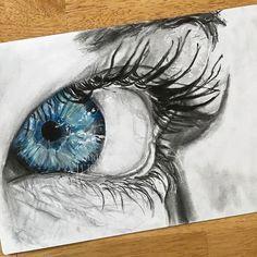Sabria Phillips- Die Künstlerin macht den Brennpunkt zur blauen Iris des Auges, indem sie ein achromatisches Farbschema verwendet
