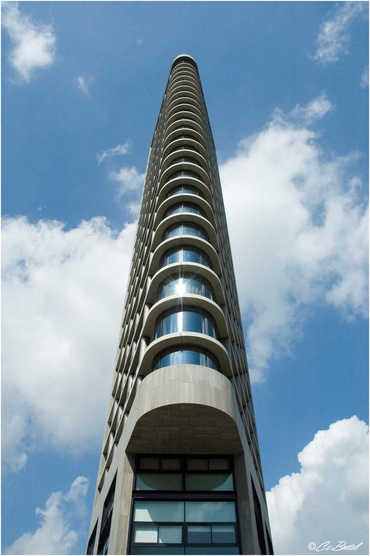 Vesteda toren op de Smalle Haven. Mooie architectuur en gecentreerd.