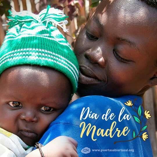 En el Día de la Madre, te invitamos a orar por las madres de la Iglesia Perseguida. Ellas enseñan a sus hijos a andar en los caminos de la fe, en medio de la persecución. Muchas pierden a sus esposos y necesitan sustentar a sus familias solas. Ore para que ellas se sientan amparadas, cuidadas y amadas por Dios.