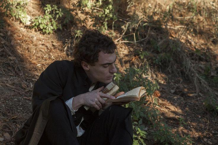 Il giovane favoloso su Sky Cinema 1 questa sera lunedì 19 ottobre in prima serata, Elio Germano interpreta Giacomo Leopardi
