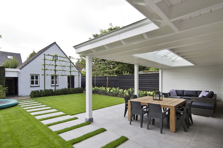 Witte veranda uitgevoerd met sierlijke klossen