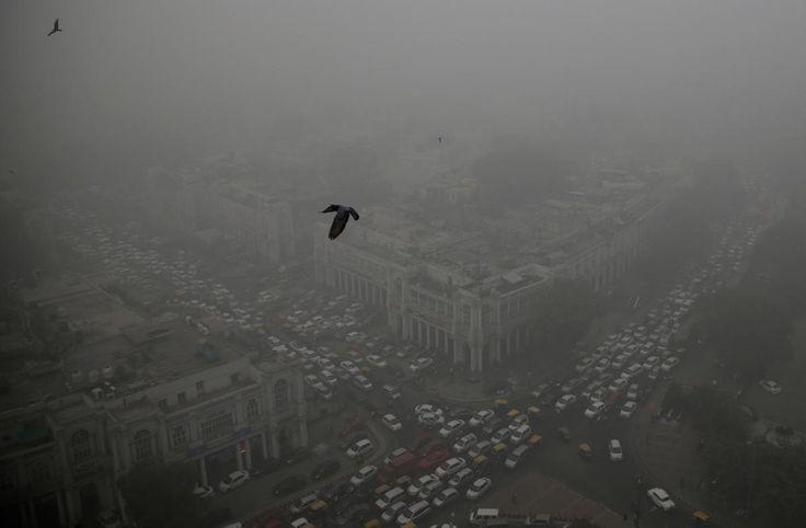 New Delhi, India 11月5日、インド、ニューデリーの中心部コンノート・プレイスで大気汚染によるスモ...