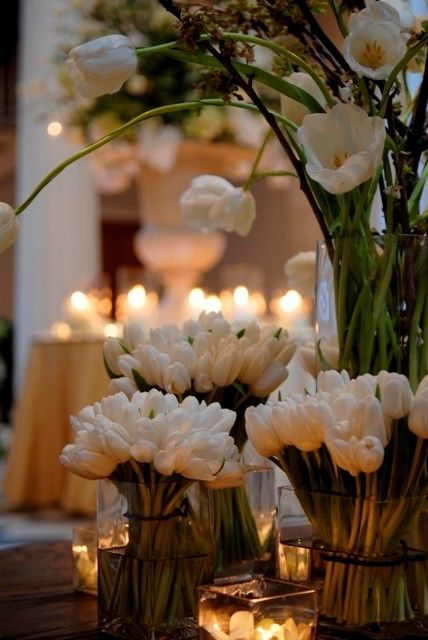 I love tulips: White Flowers, All White, Tables Sets, Glasses Vase, Tulip Centerpieces, Wedding White, Wedding Flowers, Tables Decor, White Tulip