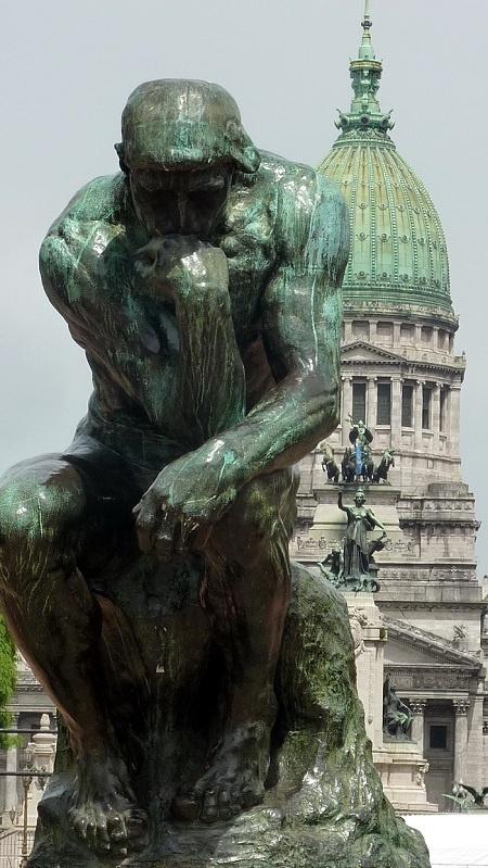 Escultura del pensador y Congreso, Buenos Aires, Argentina. Découvrez l'Europe de Buenos Aires. La ville la plus occidentale d'Amérique latine s'est élevée à travers les siècles sous l'influence du vieux continent.