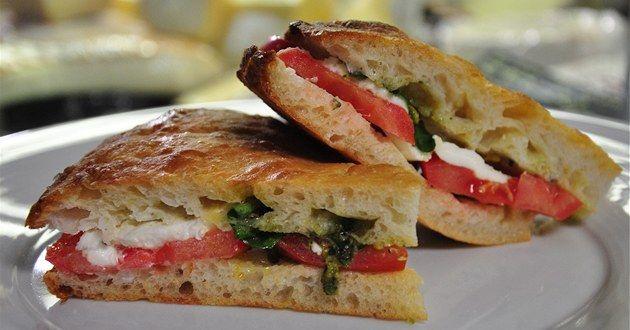 """""""Moje máma mi vždycky připravovala sendvič na pláž,"""" vzpomíná před cestou do Itálie šéfkuchař Emanuel Ridi. Tak proč si na dlouhou cestu opravdu vynikající sendvič nepřipravit také. Jako v italské kuchyni obecně, i u sendviče caprese s pistáciovým pestem hrají hlavní roli kvalitní suroviny."""