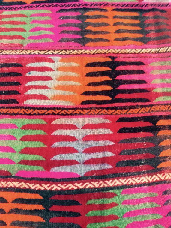 VINTAGE HANDGEWEVEN TURKSE CENTRAAL ANATOLISCHE KILIM TAPIJT 295 x 459 / 90x140cm Hand geweven met hoge kwaliteit zuivere wol Schoon Uitstekende conditie, klaar voor gebruik Meer dan 50 jaar oud Natuurlijke kleurstof kleuren Geometrik Design Uit Turkije Fringe aan beide uiteinden Dimensie: 295 breed x 459 lange (90x140cm) SNELLE verzending met VOLGNUMMER door FEDEX en DHL OBJECT ZAL WORDEN AFGELEVERD VOER 4 WERKDAGEN Als u niet tevreden met uw tapijt bent, terugkomst 7 d...