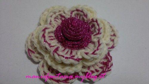 tutorial come fare fiori uncinetto tridimensionali in lana cotone e fettuccia da utilizare come decorazione di accessori e capi d'abbigliamento