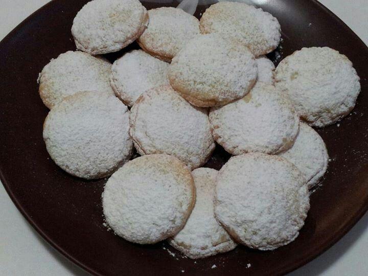Biscotti di pasta frolla ripieni di crema cacao e nocciole piemonte