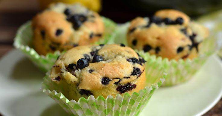 Muffinki robi się najłatwiej ze wszystkich pieczonych słodkości. Składniki suche miesza się w misce pierwszej. Składniki mokre - w drugiej. ...