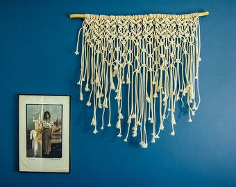 Deze prachtige grote haak dream catcher muur opknoping is een mooie verklaring voor de bohemien stijl. Het gehaakte deel van de dream catcher duurde ongeveer een week om te maken!  Deze Boheemse wand decor heeft een magnetische energie van een handgemaakte item. Het is gemaakt van gehaakt kleedje, kant, linten, macrame touwen en veren.  Ik veronderstel dit grote dream catcher op de bovenkant van je bed te maken een prachtige boho slaapkamer inrichting of in uw woonkamer tot het maken van uw…